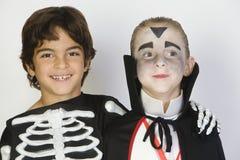 Garçons habillés dans des costumes de Halloween Photo libre de droits