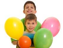 Garçons heureux dans des ballons images stock