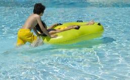 Garçons heureux dans la piscine Photos libres de droits