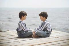 Garçons heureux jumeaux de brothers Photos stock