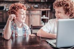 Garçons heureux positifs utilisant des écouteurs Images libres de droits