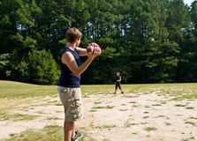 Garçons jetant le football en l'air Photos libres de droits