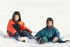 Garçons jouant à l'extérieur dans la neige Photographie stock libre de droits