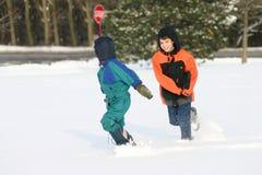 Garçons jouant à l'extérieur dans la neige Photos stock
