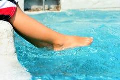 Garçons jouant à la piscine Image libre de droits