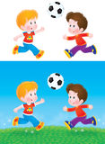 Garçons jouant au football Photo stock