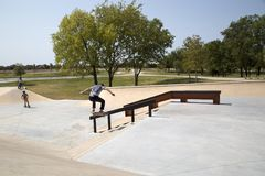 Garçons jouant au parc Frisco le Texas de patin Image stock