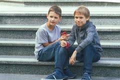 Garçons jouant avec des fileurs dehors Photo stock
