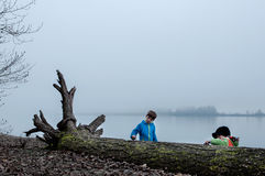 Garçons jouant dans le brouillard Photographie stock