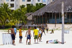 Garçons jouant le football dans la station de vacances mexicaine Images libres de droits