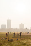 Garçons jouant le football, Kolkata, Inde images stock