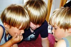 Garçons jouant le jeu vidéo Photographie stock libre de droits