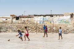 Garçons jouant le sel Rei Boa Vista de socker images stock