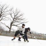 Garçons jouant le sport d'hiver. image libre de droits