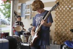 Garçons jouant le tambour et la guitare dans le garage Image libre de droits