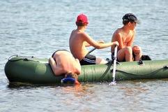 Garçons kayaking et plongeant le jour ensoleillé photo stock