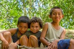 Garçons locaux mignons dans Cahal Pech, Belize images libres de droits
