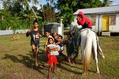 Garçons locaux posant sur l'île d'Ofu, Tonga Image libre de droits