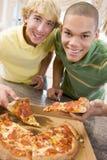 garçons mangeant de la pizza d'adolescent Photo libre de droits