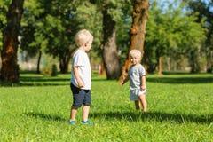 Garçons mignons passant un jour dans le jardin ensemble image libre de droits