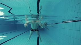 Garçons nageant clips vidéos