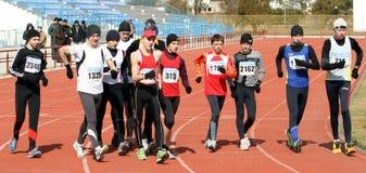 Garçons non identifiés aux 20.000 mètres de promenade de chemin Image libre de droits
