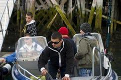 garçons pêchant le canot automobile hors fonction Photos libres de droits