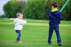 Garçons préscolaires jouant avec des épées de jouet Photo stock