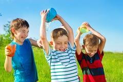Garçons préscolaires pleuvant à torrents l'eau Image stock