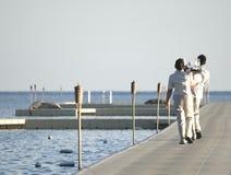 Garçons que guardam bandejas com vidros, vista da parte traseira - no wate Fotos de Stock Royalty Free