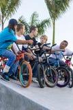 Garçons sur des vélos à l'événement de parc de patin Photos stock