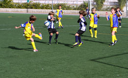 Garçons sur la cuvette du football de la jeunesse de ville d'Alicante Photo stock