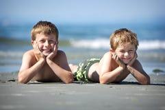 Garçons sur la plage Photo stock
