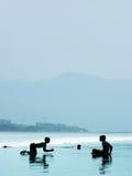 Garçons sur la plage images libres de droits