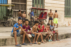 Garçons sur le trottoir jouant des instruments de percussion La Havane Images stock