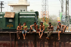 Garçons sur un pont en longeron Image libre de droits