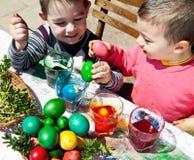 Garçons teignant l'amusement de Pâques d'oeufs Photo libre de droits