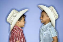 Garçons utilisant des chapeaux de cowboy. image stock
