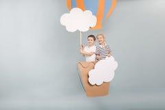 Garçons volant dans le baloon Photo stock