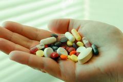 Garść pigułki w jego ręka Stres depresja Tam jest żadny intencjonalny otrucie lekarstwami i pigułkami obrazy royalty free