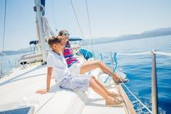 Gar?on avec sa soeur ? bord de yacht de navigation sur la croisi?re d'?t? image stock