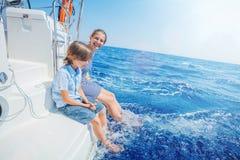 Gar?on avec sa soeur ? bord de yacht de navigation sur la croisi?re d'?t? photos stock