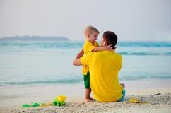 Gar?on d'enfant en bas ?ge sur la plage avec le p?re photographie stock