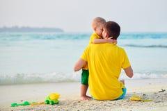Gar?on d'enfant en bas ?ge sur la plage avec le p?re image stock