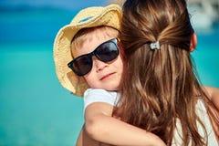 Gar?on d'enfant en bas ?ge sur la plage avec la m?re image stock