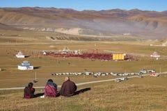 Gar tibetana munkar som sitter på kullen på solljus i Yarchen Fotografering för Bildbyråer