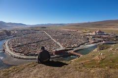 Gar tibetana munkar som sitter på kullen på solljus i Yarchen Royaltyfri Bild