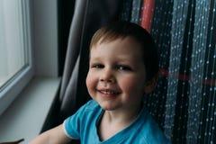 Gar?on vilain souriant ? la cam?ra, portrait d'un enfant photographie stock libre de droits