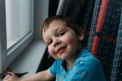 Gar?on vilain souriant ? la cam?ra, portrait d'un enfant photos stock