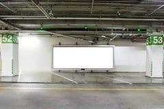Garażu podziemny wnętrze z pustym billboardem Opróżnia astronautycznego parking samochodowego wnętrze przy nocą Zdjęcie Stock